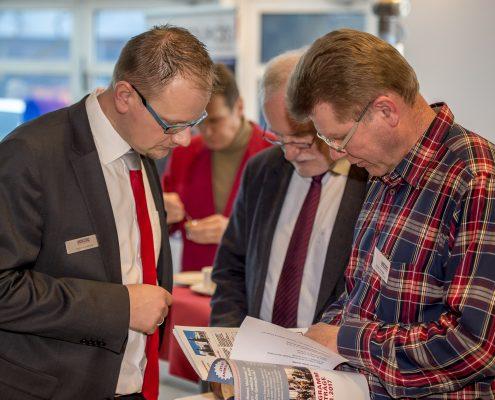 Bauexperten schauen ins Programmheft vom 3. Deutsche Geotechnik-Konvent