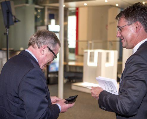 Gunther Adler tauscht Kontaktdaten mit Konvent-Teilnehmer beim 3. Deutschen Geotechnik-Konvent