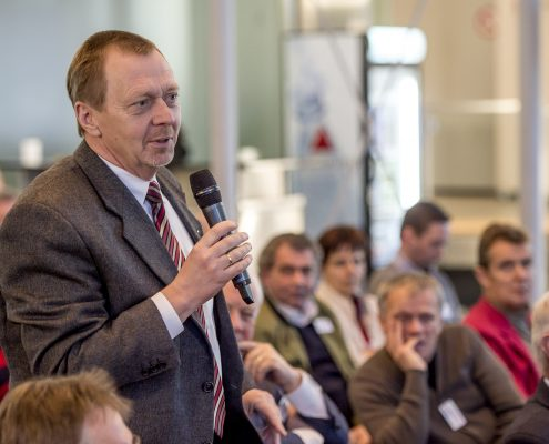 Ein Bauexperte stellt eine Frage an den Referenten vom 3. Deutschen Geotechnik-Konvent