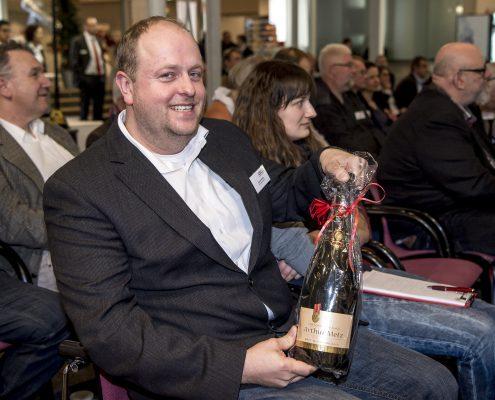 Konvent-Teilnehmer mit Chmpagnerflasche